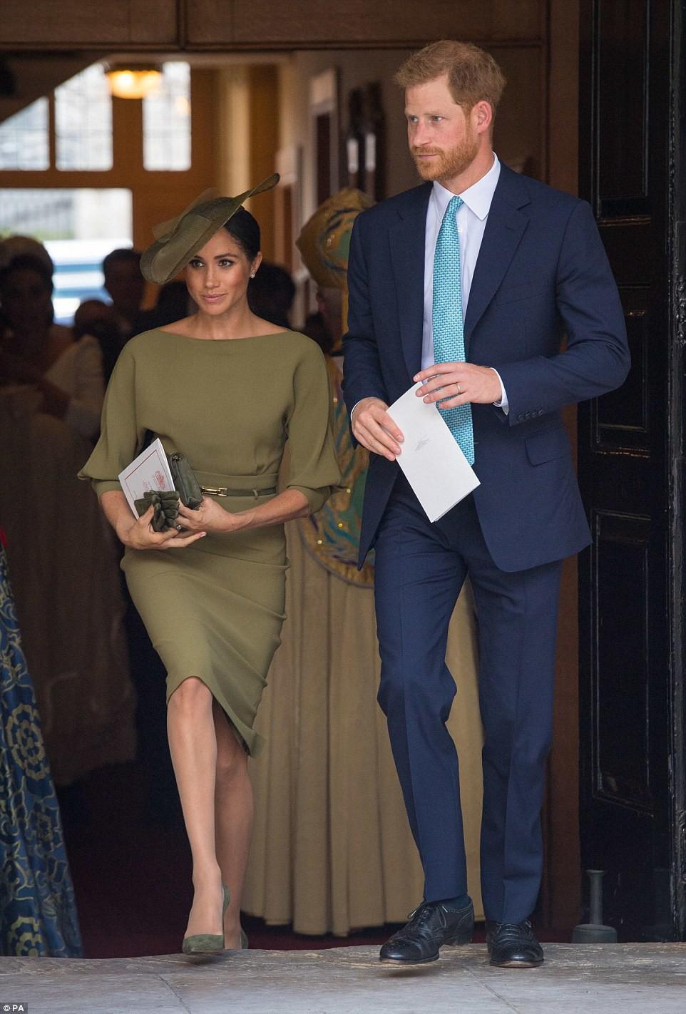 Điểm đặc biệt trong trang phục mà Công nương Kate và Hoàng tử út Louis diện trong buổi lễ rửa tội - Ảnh 9.