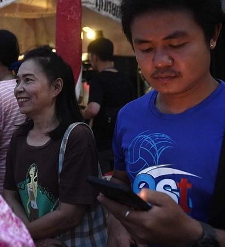 Người dân Thái Lan ăn mừng việc toàn bộ đội bóng nhí được giải cứu - Ảnh 9.