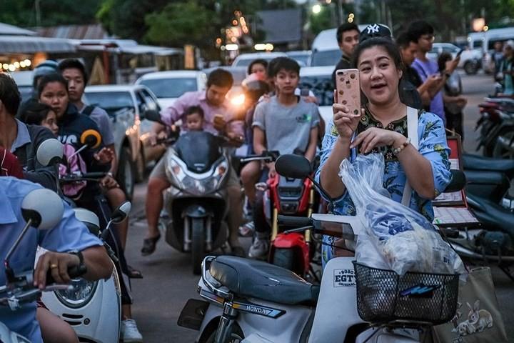 Người dân Thái Lan ăn mừng việc toàn bộ đội bóng nhí được giải cứu - Ảnh 10.