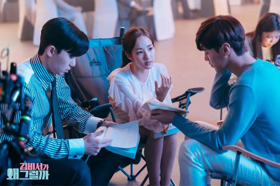 Hậu trường Thư Ký Kim: Quá bất ngờ với thứ đựng trong hộp quà Park Seo Joon mang ra đảo - Ảnh 22.