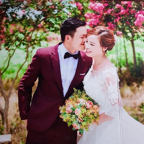 Vụ chú rể 26 tuổi kết hôn với cô dâu 61 tuổi: Nữ cán bộ địa chính phường xin lỗi, cho biết đăng ảnh lên nhóm Zalo để trêu bạn bè - Ảnh 2.