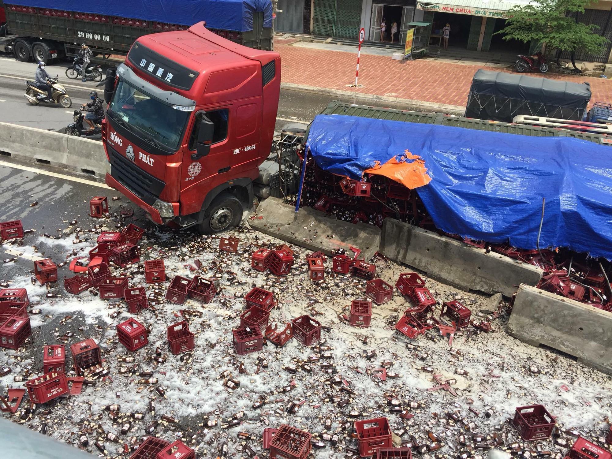 Thanh Hóa: Xe đầu kéo chở bia gặp nạn, hàng nghìn chai bia rơi vãi kín mặt đường - Ảnh 2.