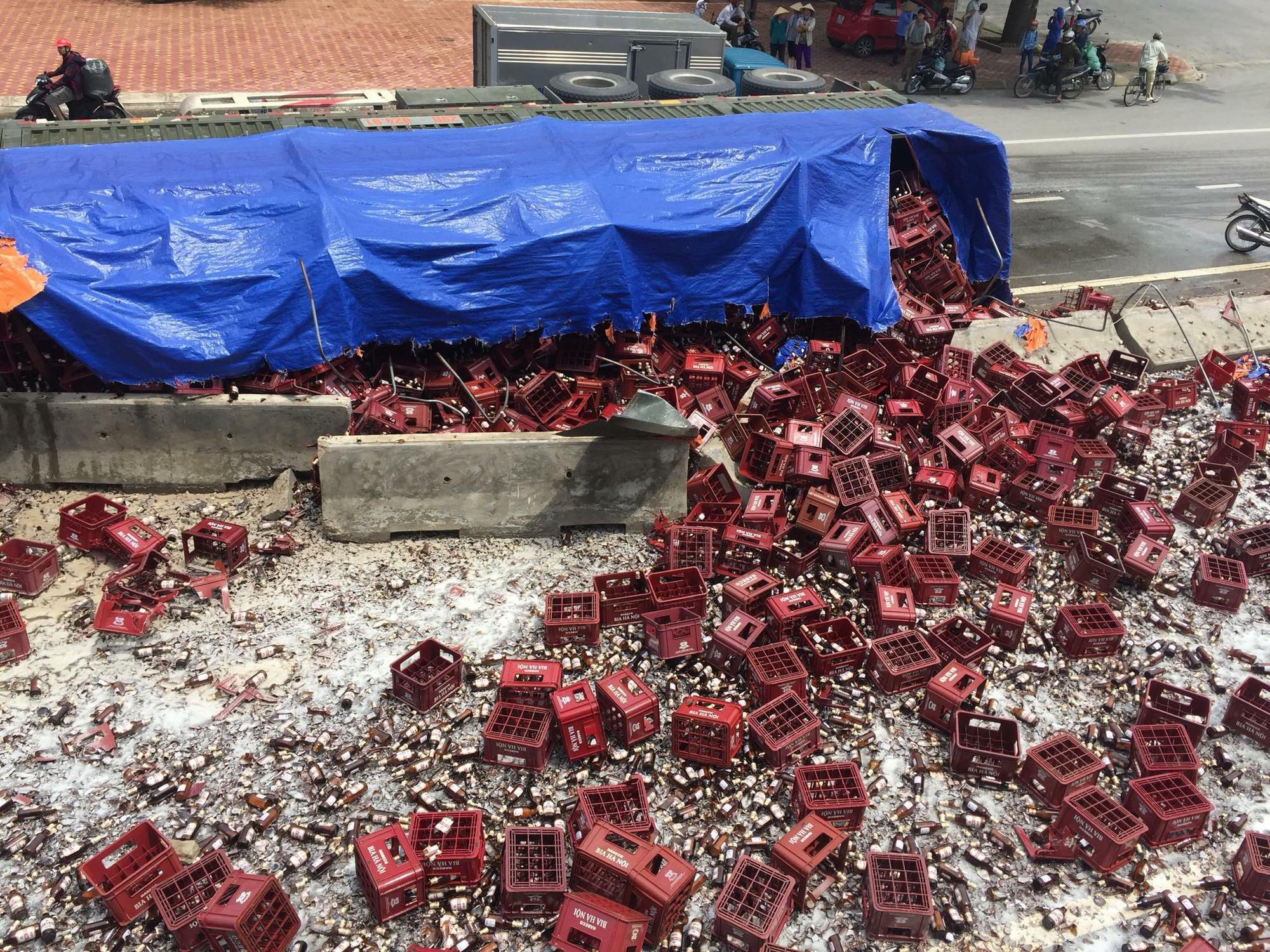 Thanh Hóa: Xe đầu kéo chở bia gặp nạn, hàng nghìn chai bia rơi vãi kín mặt đường - Ảnh 4.