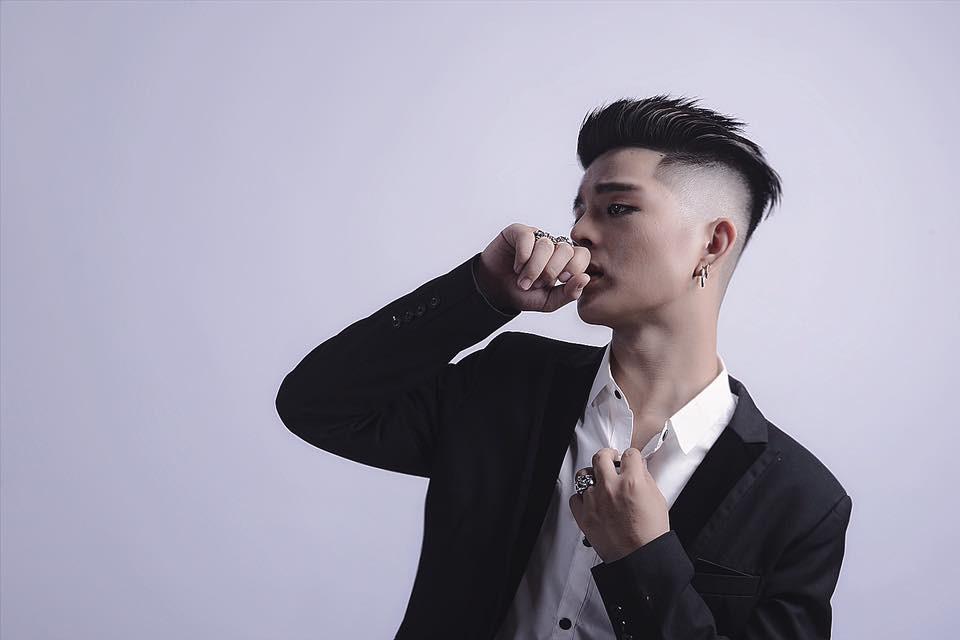 Bất ngờ trước ảnh mới nhất của Quang Anh (The Voice Kids): Mũi thon gọn, mặt trang điểm kĩ càng - Ảnh 2.