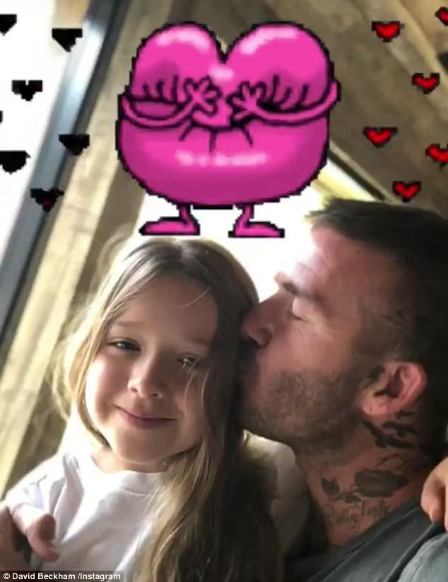 Sinh nhật 7 tuổi của Harper Beckham: Được cưỡi ngựa, thưởng thức trà và bánh kem hình kỳ lân đáng yêu - Ảnh 7.
