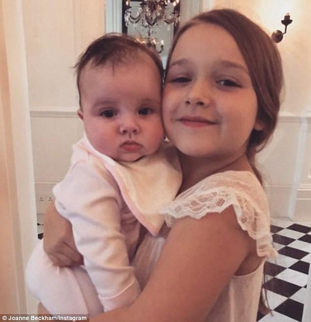 Sinh nhật 7 tuổi của Harper Beckham: Được cưỡi ngựa, thưởng thức trà và bánh kem hình kỳ lân đáng yêu - Ảnh 12.