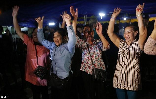 Câu chuyện của ông bố ngồi cầu nguyện 18 ngày ngoài cửa hang Tham Luang, không dừng lại kể cả khi biết con trai đã được cứu - Ảnh 3.
