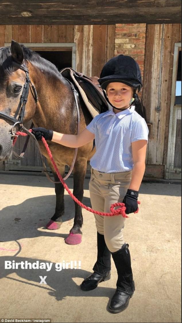 Sinh nhật 7 tuổi của Harper Beckham: Được cưỡi ngựa, thưởng thức trà và bánh kem hình kỳ lân đáng yêu - Ảnh 2.