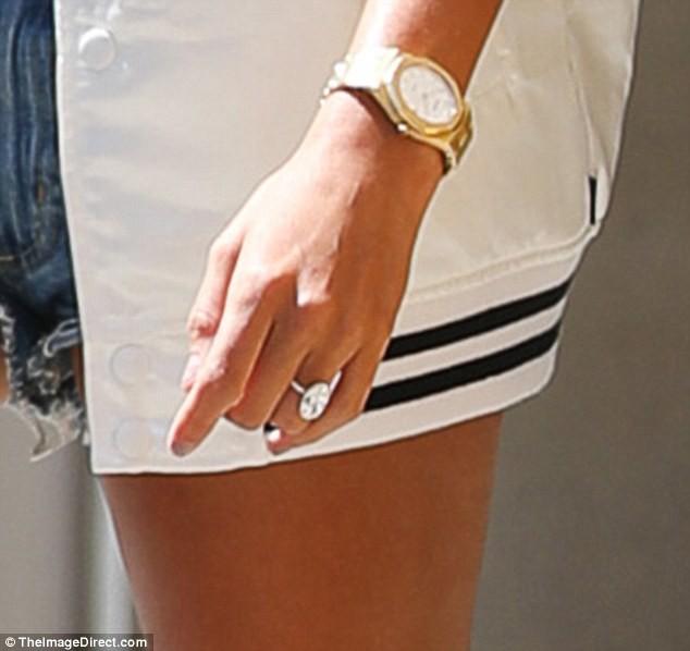 Hailey khoe chân thon dài và nhẫn kim cương khủng bên Justin Bieber sau khi đính hôn - Ảnh 2.