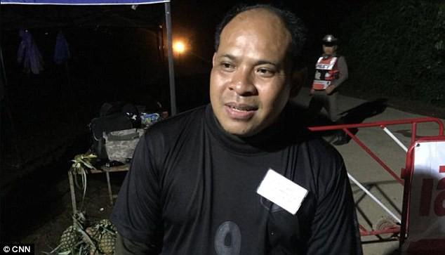 Câu chuyện của ông bố ngồi cầu nguyện 18 ngày ngoài cửa hang Tham Luang, không dừng lại kể cả khi biết con trai đã được cứu - Ảnh 1.