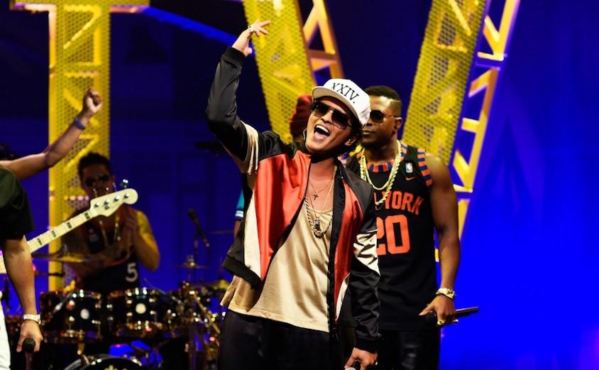 Pháo hoa bắt lửa trên sân khấu khiến Bruno Mars bất ngờ tạm dừng concert - Ảnh 4.
