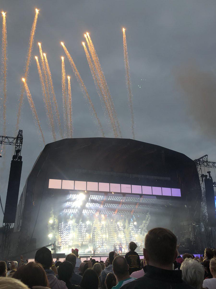 Pháo hoa bắt lửa trên sân khấu khiến Bruno Mars bất ngờ tạm dừng concert - Ảnh 1.
