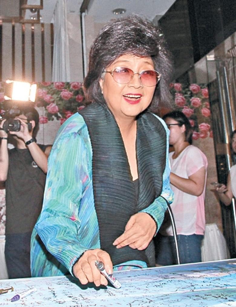 """Sao nam """"Lộc Đỉnh Ký"""" hạnh phúc tổ chức đám cưới ở tuổi 63, dàn sao TVB nô nức tới dự hôn lễ - Ảnh 11."""