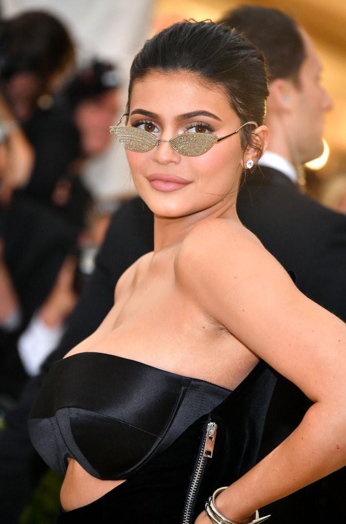 Lần đầu xuất hiện sau khi rút filler khỏi môi, Kylie Jenner được khen còn xinh đẹp hơn thời môi dày - Ảnh 2.