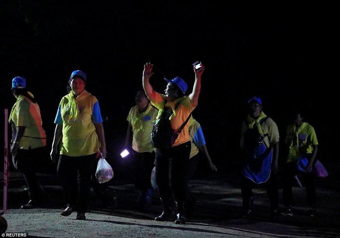 Video, Ảnh: Thái Lan mở tiệc xuyên đêm mừng chiến dịch giải cứu đội bóng nhí - Ảnh 2.