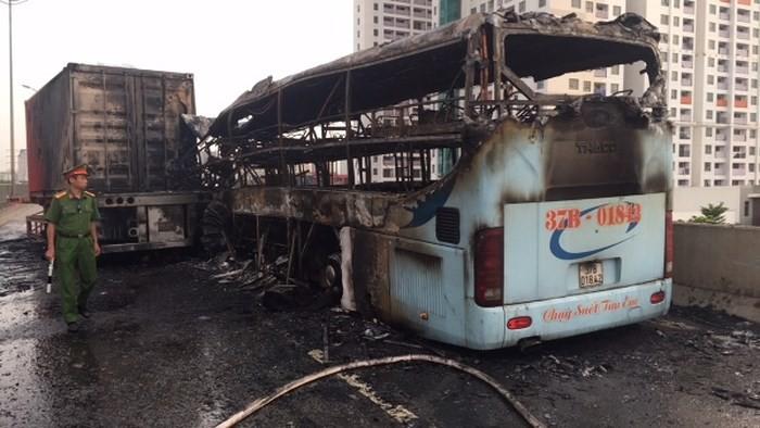 Hà Nội: Xe khách húc đuôi container rồi bốc cháy, 3 người thương vong - Ảnh 1.