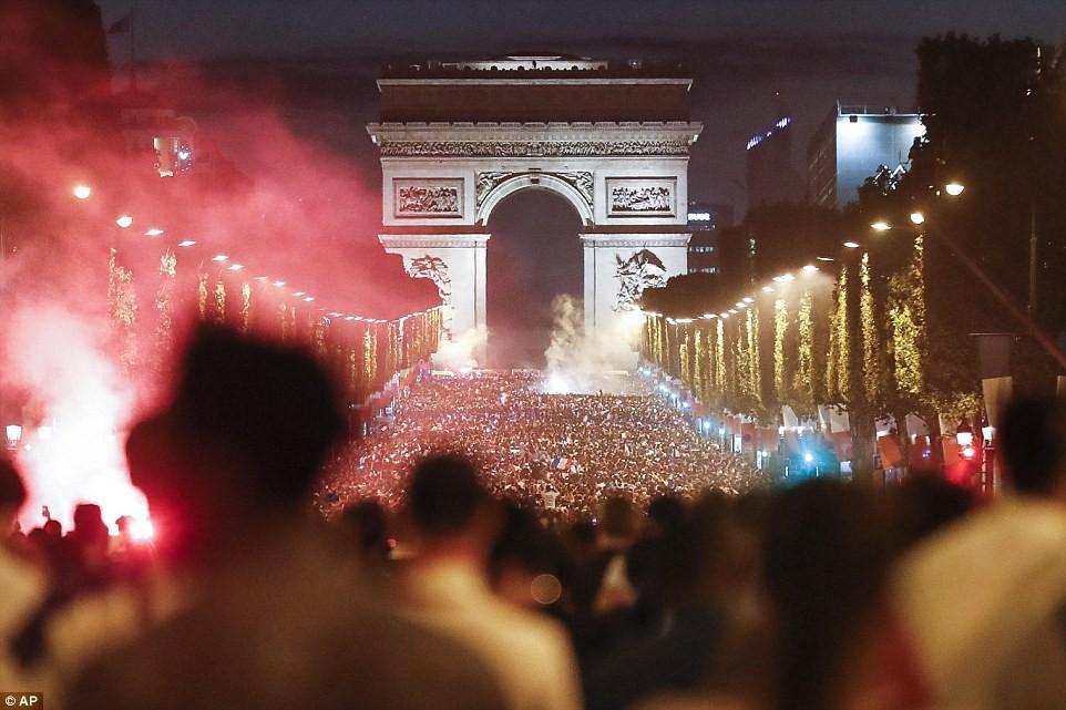 Mừng đội nhà vào chung kết World Cup, người dân Pháp liền đổ ra đường đi bão thâu đêm - Ảnh 1.