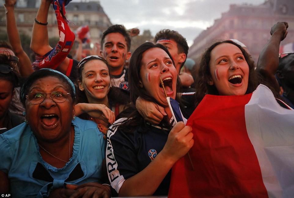 Mừng đội nhà vào chung kết World Cup, người dân Pháp liền đổ ra đường đi bão thâu đêm - Ảnh 3.