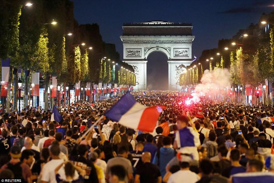 Mừng đội nhà vào chung kết World Cup, người dân Pháp liền đổ ra đường đi bão thâu đêm - Ảnh 4.
