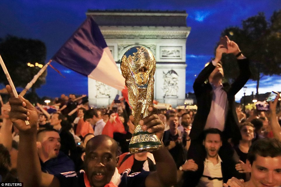 Mừng đội nhà vào chung kết World Cup, người dân Pháp liền đổ ra đường đi bão thâu đêm - Ảnh 5.
