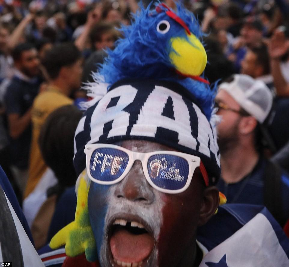 Mừng đội nhà vào chung kết World Cup, người dân Pháp liền đổ ra đường đi bão thâu đêm - Ảnh 6.