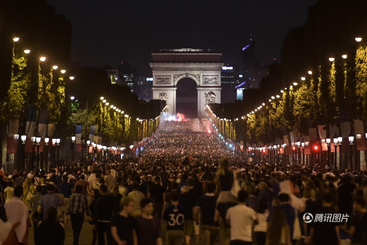 Mừng đội nhà vào chung kết World Cup, người dân Pháp liền đổ ra đường đi bão thâu đêm - Ảnh 2.