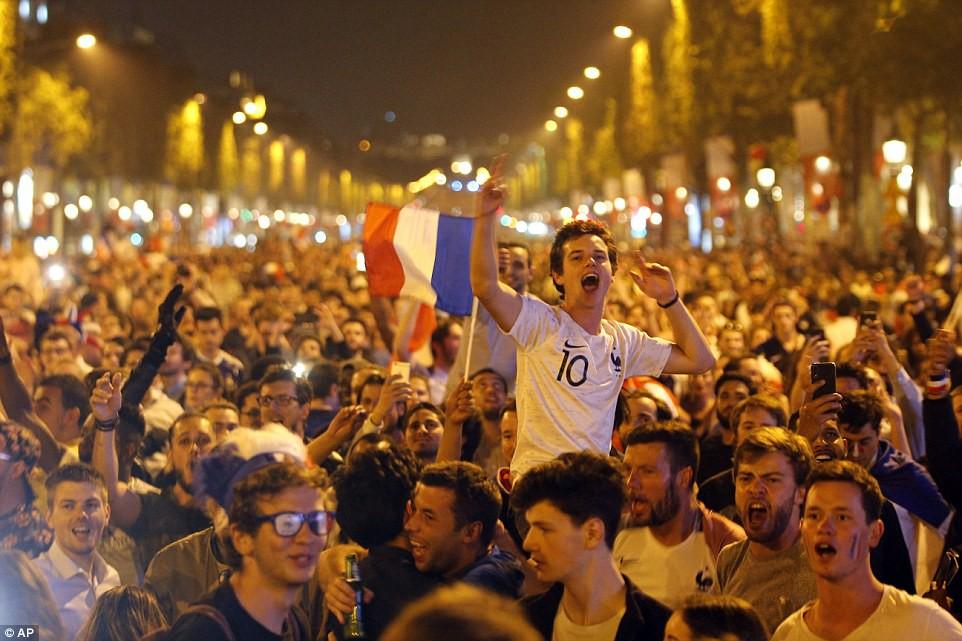 Mừng đội nhà vào chung kết World Cup, người dân Pháp liền đổ ra đường đi bão thâu đêm - Ảnh 7.