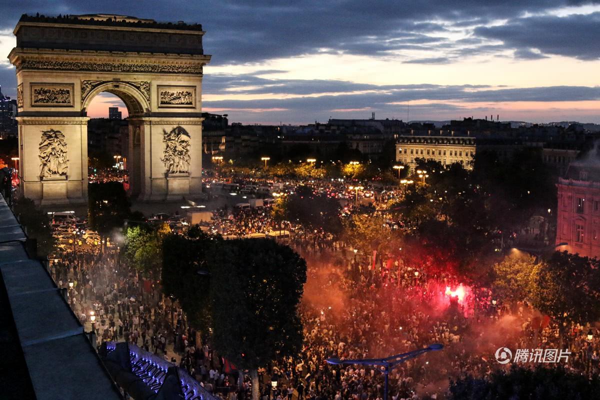 Mừng đội nhà vào chung kết World Cup, người dân Pháp liền đổ ra đường đi bão thâu đêm - Ảnh 8.