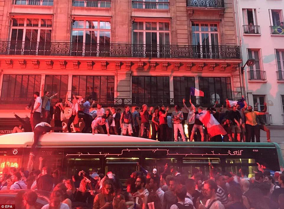 Mừng đội nhà vào chung kết World Cup, người dân Pháp liền đổ ra đường đi bão thâu đêm - Ảnh 9.