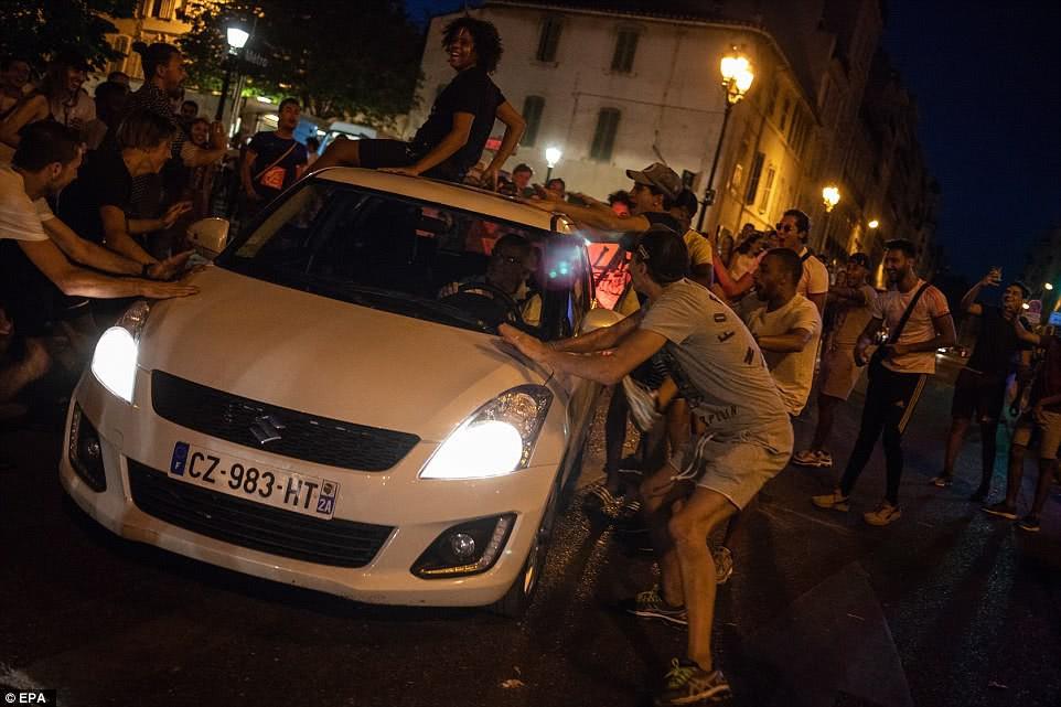 Mừng đội nhà vào chung kết World Cup, người dân Pháp liền đổ ra đường đi bão thâu đêm - Ảnh 10.