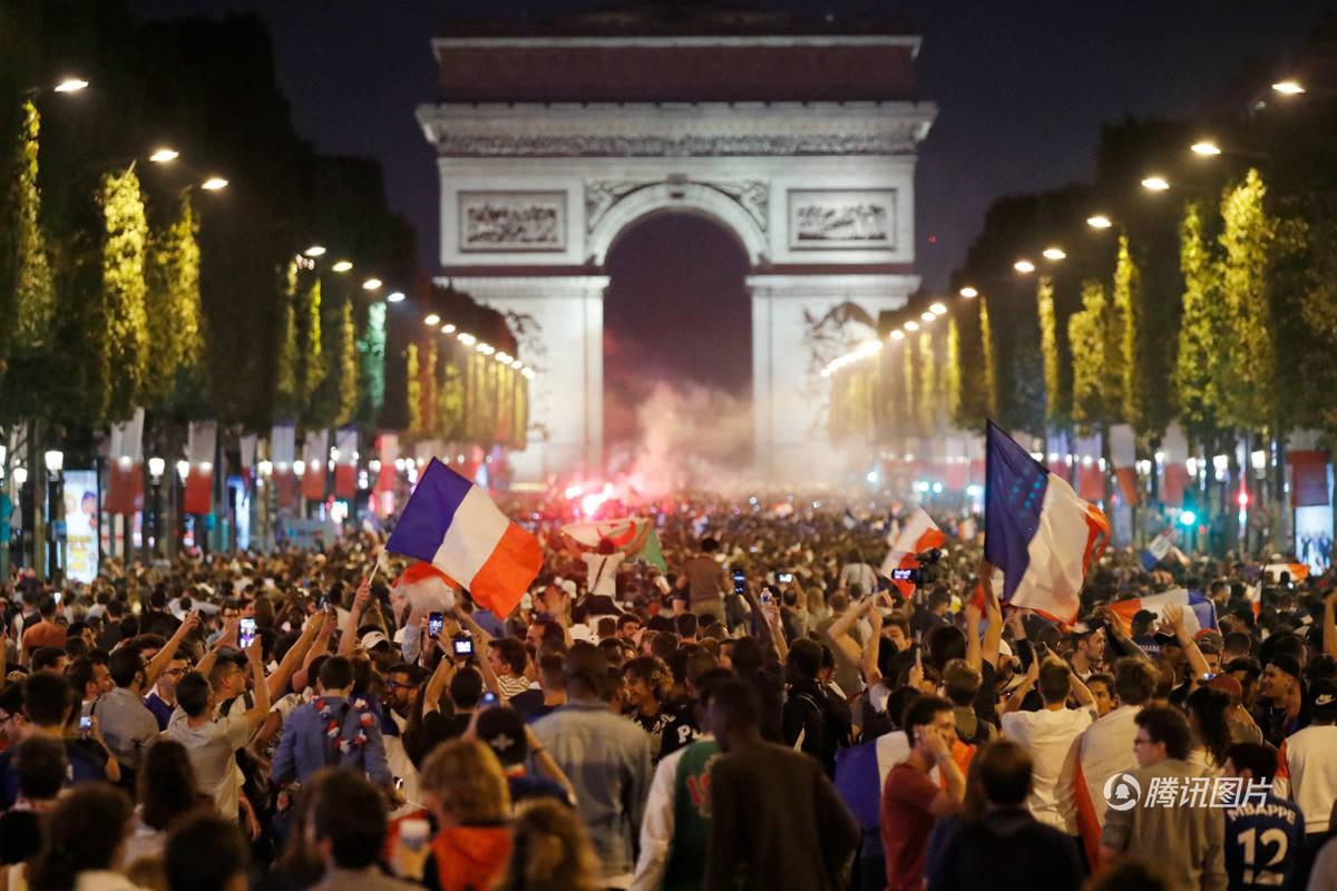 Mừng đội nhà vào chung kết World Cup, người dân Pháp liền đổ ra đường đi bão thâu đêm - Ảnh 11.