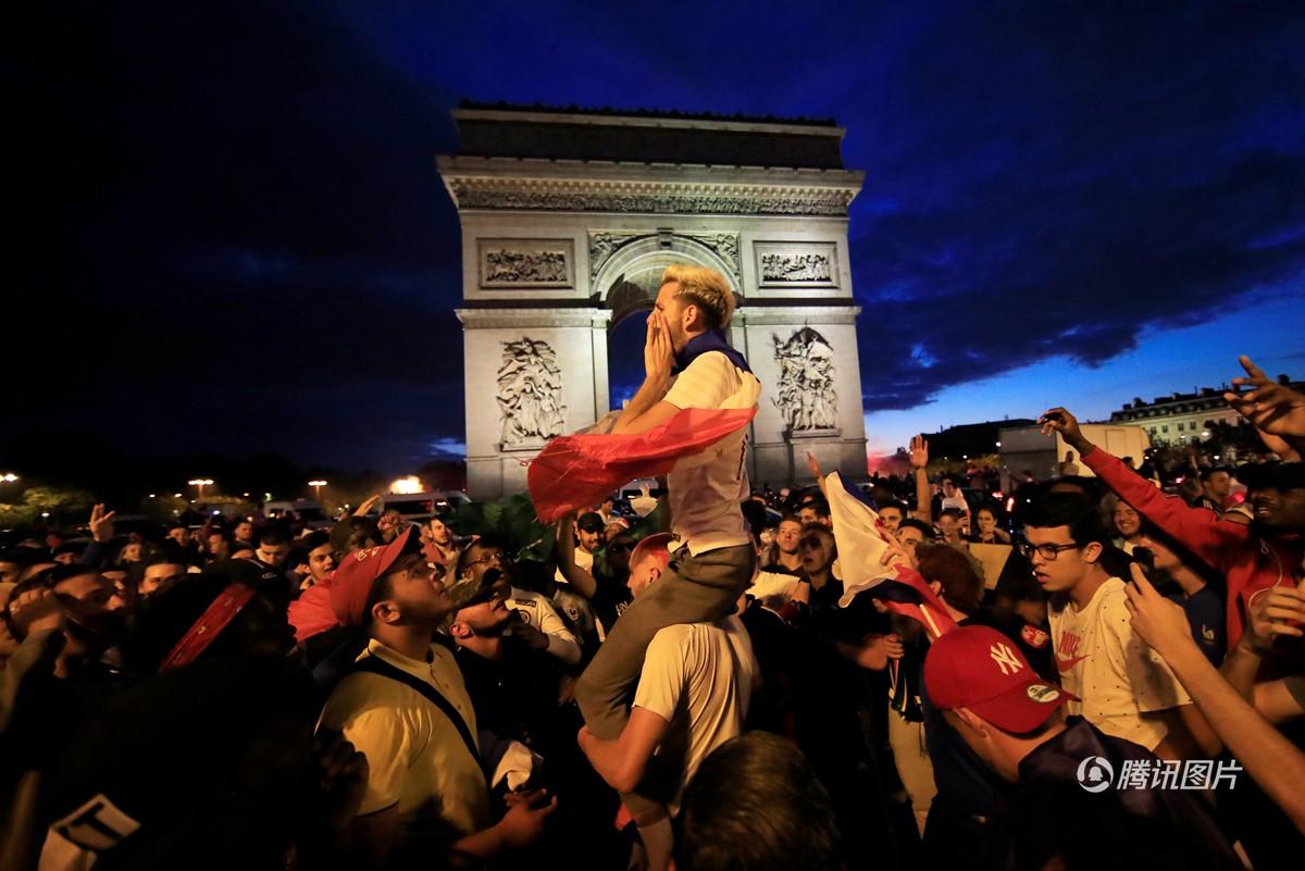Mừng đội nhà vào chung kết World Cup, người dân Pháp liền đổ ra đường đi bão thâu đêm - Ảnh 12.