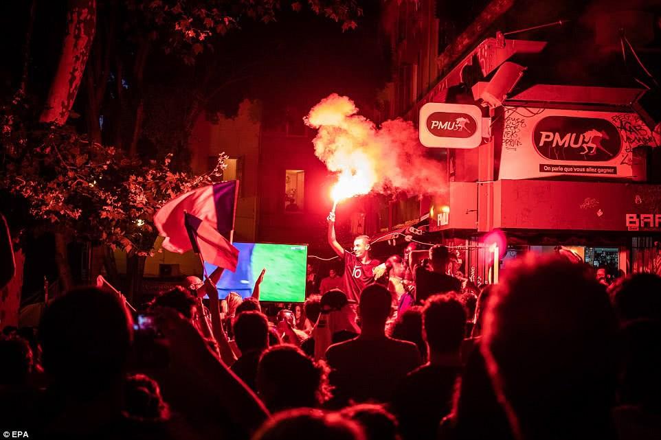 Mừng đội nhà vào chung kết World Cup, người dân Pháp liền đổ ra đường đi bão thâu đêm - Ảnh 13.