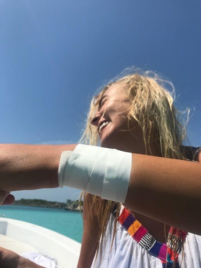 Lội xuống biển chụp ảnh, cô người mẫu hết hồn khi bị cá mập cắn yêu một nhát - Ảnh 7.