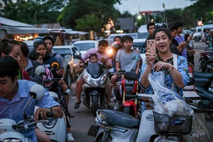 Video, Ảnh: Thái Lan mở tiệc xuyên đêm mừng chiến dịch giải cứu đội bóng nhí - Ảnh 3.