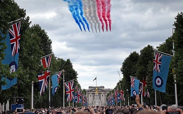 Các phi công Anh xếp chữ Its coming home khổng lồ trên bầu trời để cổ vũ đội nhà đá trận bán kết World Cup - Ảnh 4.