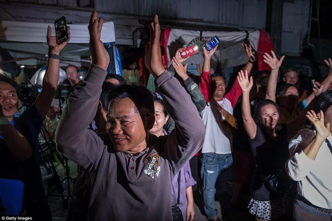 Video, Ảnh: Thái Lan mở tiệc xuyên đêm mừng chiến dịch giải cứu đội bóng nhí - Ảnh 5.