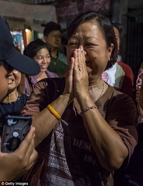 Video, Ảnh: Thái Lan mở tiệc xuyên đêm mừng chiến dịch giải cứu đội bóng nhí - Ảnh 6.