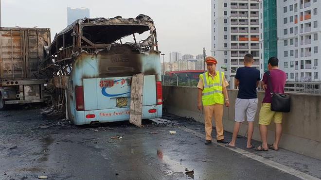 Hiện trường xe khách cháy rụi sau tai nạn trên đường vành đai 3 - Ảnh 7.