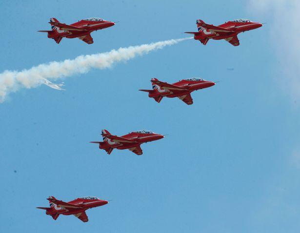 Các phi công Anh xếp chữ Its coming home khổng lồ trên bầu trời để cổ vũ đội nhà đá trận bán kết World Cup - Ảnh 7.