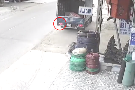 Clip: Không làm chủ tốc độ, hai thanh niên đi Exciter đâm trực diện xe tải đang quay đầu - Ảnh 2.