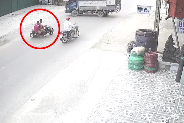 Clip: Không làm chủ tốc độ, hai thanh niên đi Exciter đâm trực diện xe tải đang quay đầu - Ảnh 3.