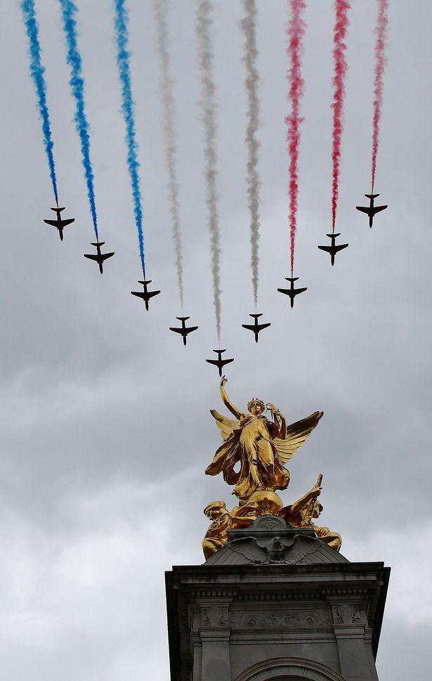 Các phi công Anh xếp chữ Its coming home khổng lồ trên bầu trời để cổ vũ đội nhà đá trận bán kết World Cup - Ảnh 5.