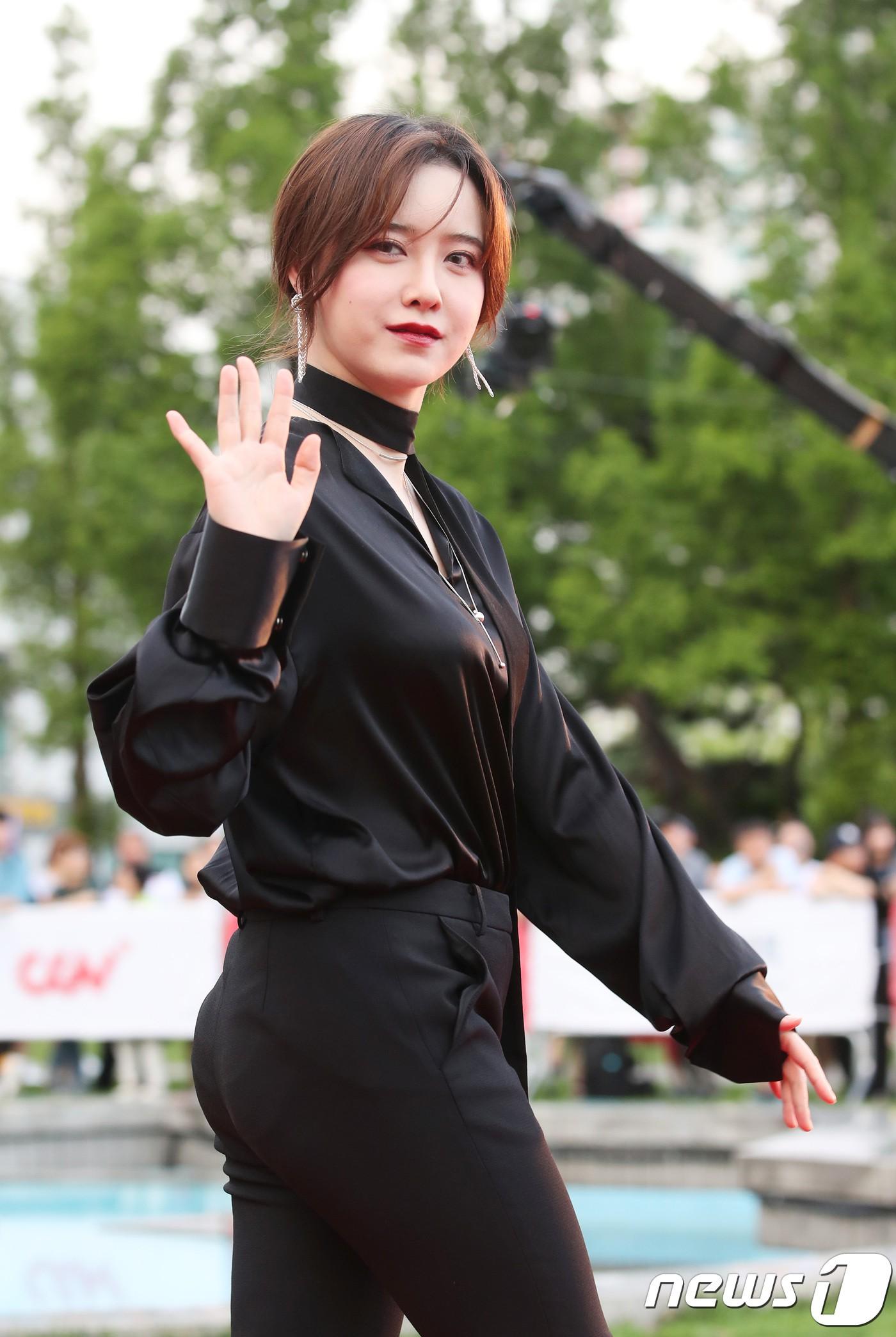 Bỗng phát tướng và liên tục che bụng, Goo Hye Sun bị nghi mang thai con đầu lòng với Ahn Jae Hyun - Ảnh 5.