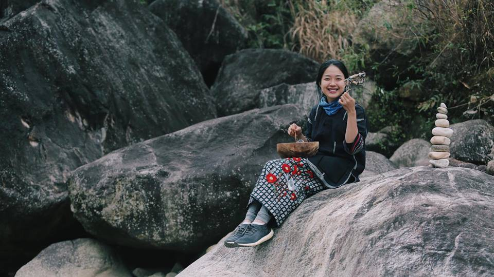 Ái nữ 9X Vương Anh cưỡi mô tô, trổ tài nướng bồ câu giữa núi rừng Tây Bắc trong clip đẹp như phim điện ảnh - Ảnh 6.