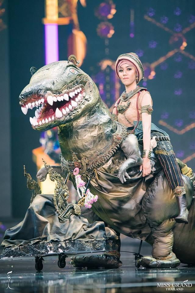 Dàn thí sinh Hoa hậu Hòa bình Thái Lan: Người cưỡi khủng long, kẻ biến thành tô tom yum chua cay trên sân khấu - Ảnh 1.