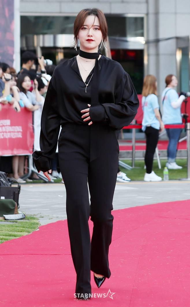 Bỗng phát tướng và liên tục che bụng, Goo Hye Sun bị nghi mang thai con đầu lòng với Ahn Jae Hyun - Ảnh 2.