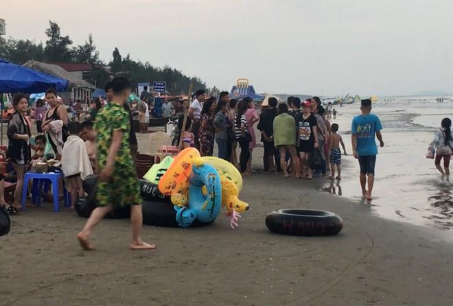 Nam thanh niên 25 tuổi đuối nước tử vong trong vụ sóng đánh cuốn trôi nhóm du khách tắm biển Thanh Hóa - Ảnh 1.