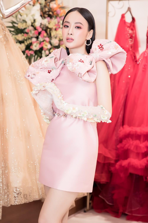Angela Phương Trinh nổi bật với cây hồng, cùng găng tay đính hoa đi sự kiện - Ảnh 7.
