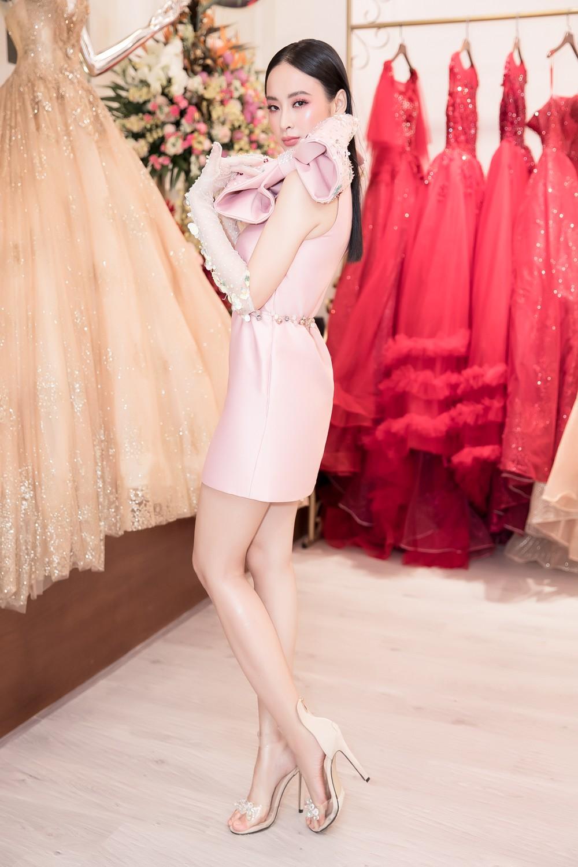 Angela Phương Trinh nổi bật với cây hồng, cùng găng tay đính hoa đi sự kiện - Ảnh 6.
